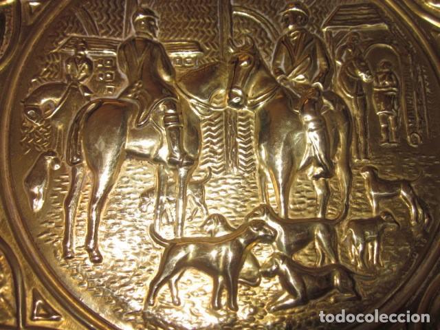 Antigüedades: plato de bronce antiguo de cazadores - Foto 3 - 112873215