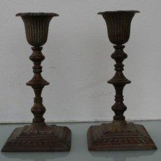 Antigüedades: PAREJA DE CANDELABROS PORTAVELAS DE BRONCE MACIZO CON BAÑO PATINA EN TONO MARRON - 15 CM DE ALTURA. Lote 112902075