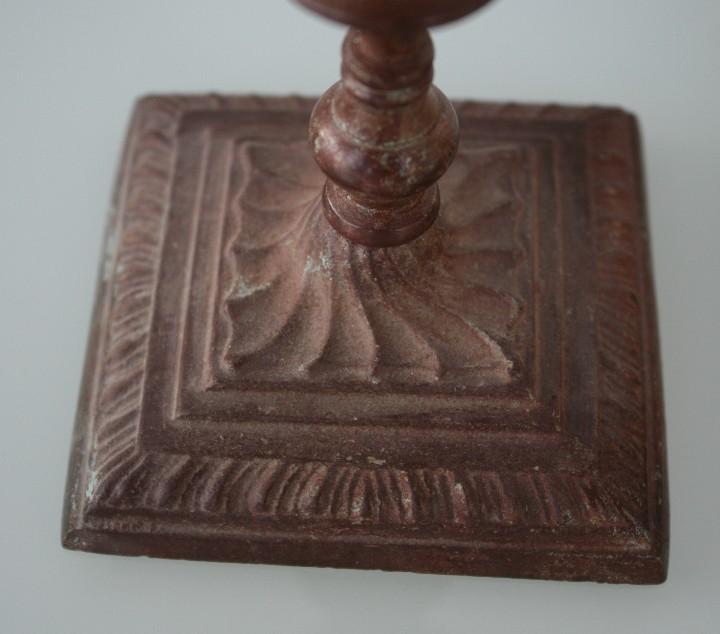 Antigüedades: PAREJA DE CANDELABROS PORTAVELAS DE BRONCE MACIZO CON BAÑO PATINA EN TONO MARRON - 15 CM DE ALTURA - Foto 2 - 112902075