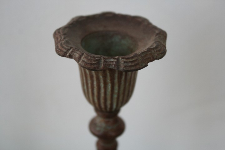 Antigüedades: PAREJA DE CANDELABROS PORTAVELAS DE BRONCE MACIZO CON BAÑO PATINA EN TONO MARRON - 15 CM DE ALTURA - Foto 3 - 112902075