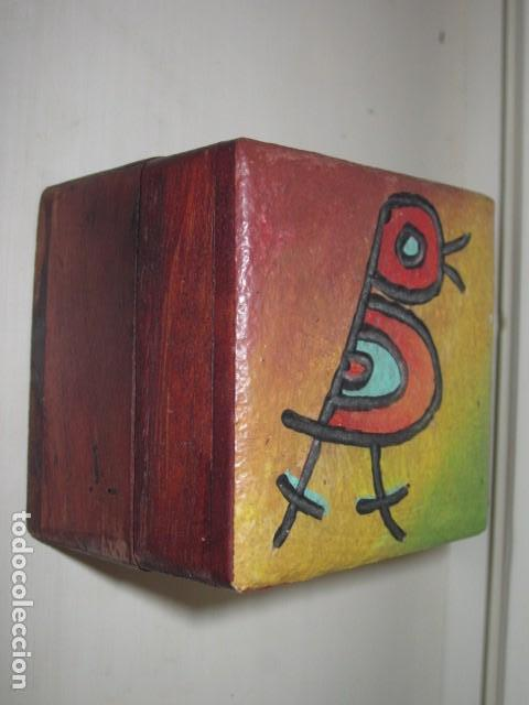 Antigüedades: caja de madera pintada a mano con pajarito tallado y pintado en la tapa - Foto 2 - 112905675
