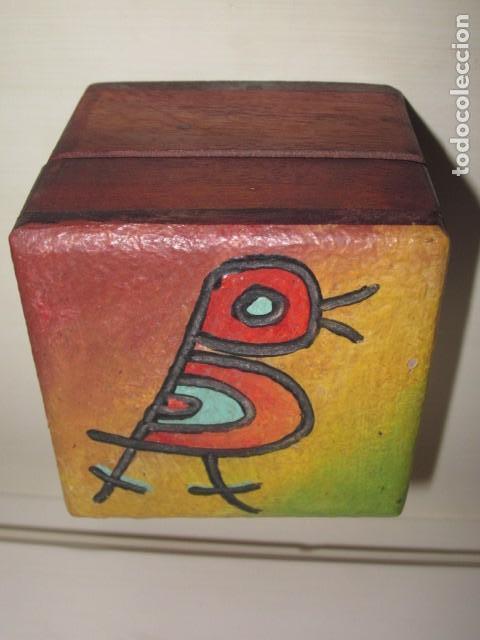 CAJA DE MADERA PINTADA A MANO CON PAJARITO TALLADO Y PINTADO EN LA TAPA (Antigüedades - Hogar y Decoración - Cajas Antiguas)