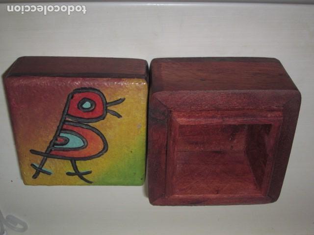 Antigüedades: caja de madera pintada a mano con pajarito tallado y pintado en la tapa - Foto 3 - 112905675