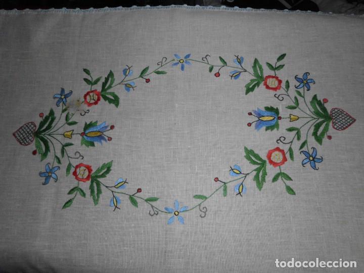TAPETE BORDADO SOBRE LINO (Antigüedades - Hogar y Decoración - Tapetes Antiguos)