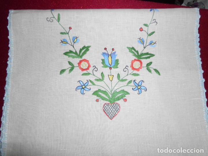 Antigüedades: TAPETE BORDADO SOBRE LINO - Foto 6 - 112937143
