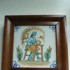 Antigüedades: AZULEJO MOTIVO ALFARERO. MARCO DE MADERA. (20,5 X 20,5 CM). Lote 112979615