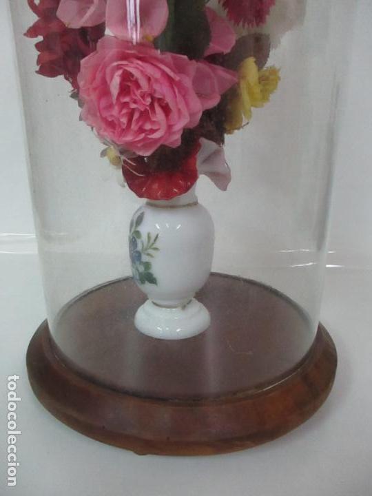 Antigüedades: Fanal Isabelino - Cristal Soplado - Jarrón Cristal Opalina - Decoración con Flores de Ropa - S. XIX - Foto 9 - 112992911
