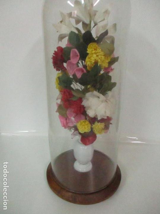 Antigüedades: Fanal Isabelino - Cristal Soplado - Jarrón Cristal Opalina - Decoración con Flores de Ropa - S. XIX - Foto 10 - 112992911
