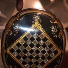 Antigüedades: MESA TIP-TOL PAPIER MACHE NAPOLEON, APROX 1840. CON INCRUSTACIONES DE NACAR Y FILIGRANAS EN ORO.. Lote 113030719