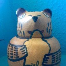 Antigüedades: JARRON MIEL POZANCOS SIGUENZA CERAMICA GRES OSO DECORATIVO PINTADO A MANO 1970 GUADALAJADA. Lote 113150019