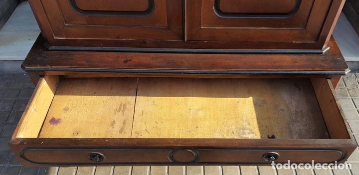Antigüedades: LIBRERÍA. ESTILO ISABELINA. MADERA DE NOGAL. ESPAÑA. SIGLO XIX. - Foto 20 - 113176723