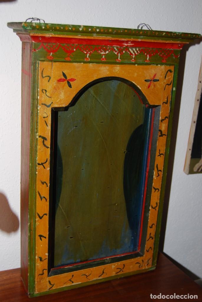 Antigüedades: PRECIOSA VITRINA DE MADERA POLICROMADA PARA IMAGEN RELIGIOSA - GUIRNALDA DE FLORES DE PAPEL - C.1900 - Foto 3 - 113230503