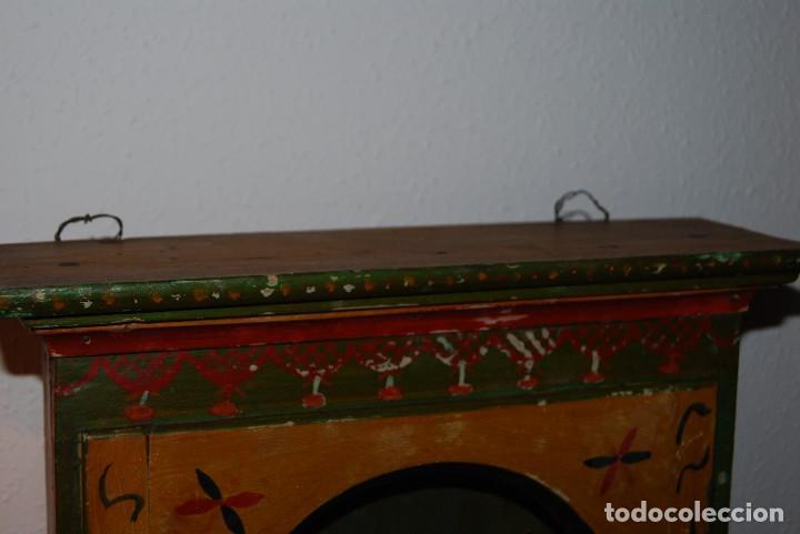 Antigüedades: PRECIOSA VITRINA DE MADERA POLICROMADA PARA IMAGEN RELIGIOSA - GUIRNALDA DE FLORES DE PAPEL - C.1900 - Foto 4 - 113230503