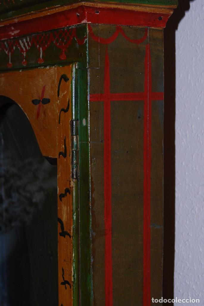 Antigüedades: PRECIOSA VITRINA DE MADERA POLICROMADA PARA IMAGEN RELIGIOSA - GUIRNALDA DE FLORES DE PAPEL - C.1900 - Foto 6 - 113230503