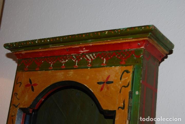 Antigüedades: PRECIOSA VITRINA DE MADERA POLICROMADA PARA IMAGEN RELIGIOSA - GUIRNALDA DE FLORES DE PAPEL - C.1900 - Foto 7 - 113230503
