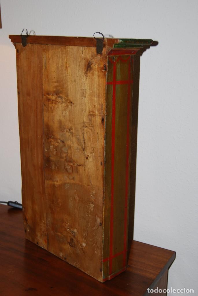 Antigüedades: PRECIOSA VITRINA DE MADERA POLICROMADA PARA IMAGEN RELIGIOSA - GUIRNALDA DE FLORES DE PAPEL - C.1900 - Foto 14 - 113230503
