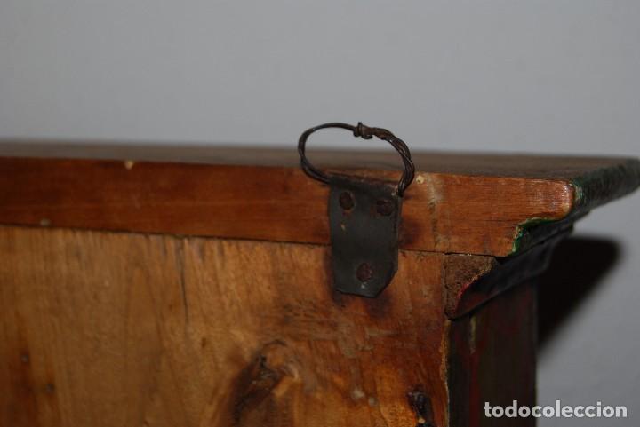Antigüedades: PRECIOSA VITRINA DE MADERA POLICROMADA PARA IMAGEN RELIGIOSA - GUIRNALDA DE FLORES DE PAPEL - C.1900 - Foto 15 - 113230503