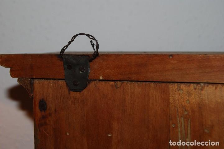 Antigüedades: PRECIOSA VITRINA DE MADERA POLICROMADA PARA IMAGEN RELIGIOSA - GUIRNALDA DE FLORES DE PAPEL - C.1900 - Foto 16 - 113230503