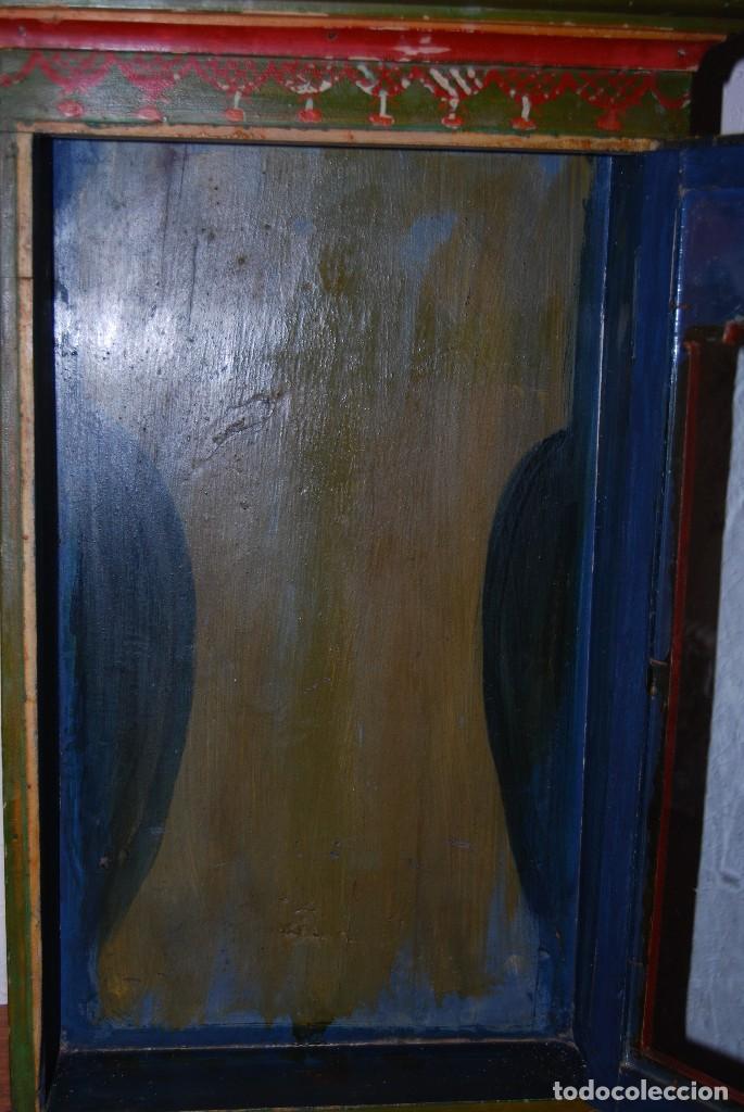Antigüedades: PRECIOSA VITRINA DE MADERA POLICROMADA PARA IMAGEN RELIGIOSA - GUIRNALDA DE FLORES DE PAPEL - C.1900 - Foto 23 - 113230503