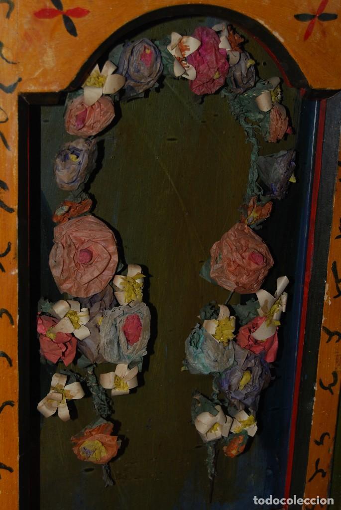 Antigüedades: PRECIOSA VITRINA DE MADERA POLICROMADA PARA IMAGEN RELIGIOSA - GUIRNALDA DE FLORES DE PAPEL - C.1900 - Foto 27 - 113230503