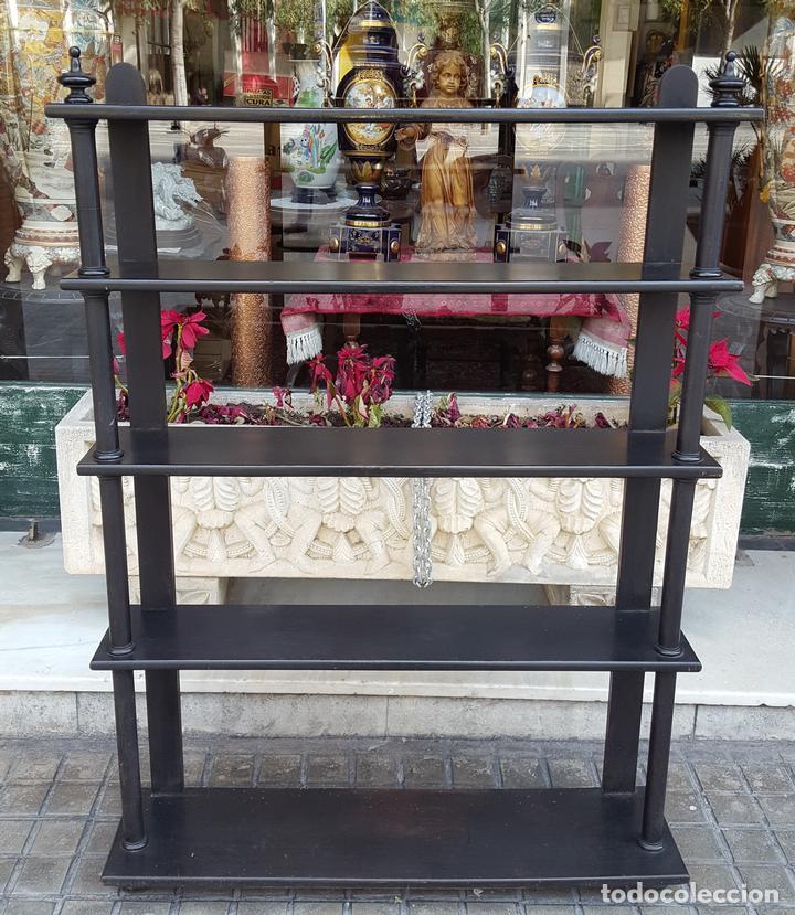 ESTANTERÍA. ESTILO ISABELINA. MADERA MACIZA DE NOGAL. ESPAÑA. SIGLO XIX. (Antigüedades - Muebles Antiguos - Auxiliares Antiguos)