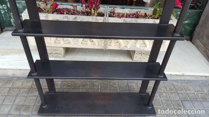 Antigüedades: ESTANTERÍA. ESTILO ISABELINA. MADERA MACIZA DE NOGAL. ESPAÑA. SIGLO XIX. - Foto 3 - 113253571