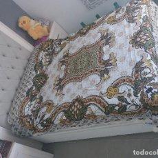 Antigüedades: ANTIGUA PERO NUEVA COLCHA SABANA DE LOS AÑOS 80 CAMA DORMITORIO MATRIMONIO VINTAGE DIBUJO FLORALES. Lote 113323147
