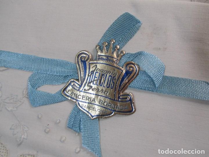 Antigüedades: Juego de cama 135 cm Sin estrenar Bordados de Joaquín Delclos Serra Barcelona Caja original - Foto 3 - 113361879