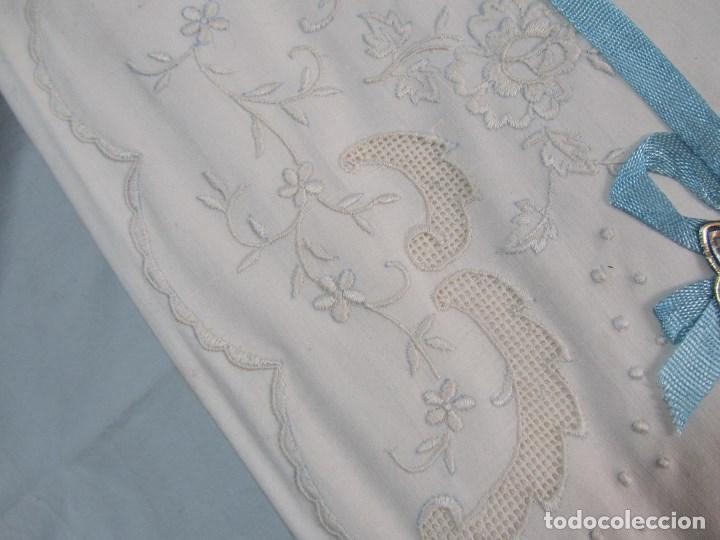 Antigüedades: Juego de cama 135 cm Sin estrenar Bordados de Joaquín Delclos Serra Barcelona Caja original - Foto 4 - 113361879