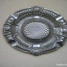 Antigüedades: BONITO CENICERO EN METAL PLATEADO. MEDIDAS 18X13 CM. Lote 113365875