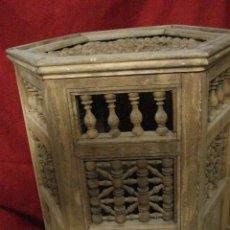 Antiquitäten - ANTIGUA MESA DE MADERA EXAGONAL CON ADORNO EN SU TOTALIDAD - 113370515