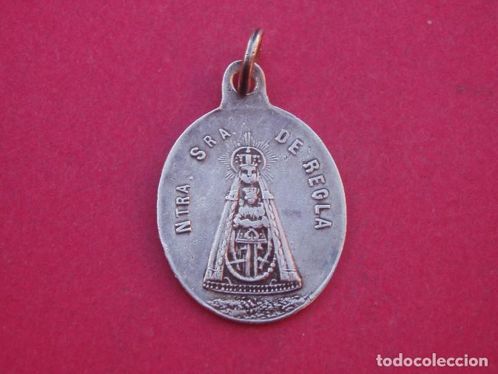 MEDALLA ANTIGUA DE LA VIRGEN DE REGLA Y SAN FRANCISCO DE ASÍS. CHIPIONA. CÁDIZ. (Antigüedades - Religiosas - Medallas Antiguas)
