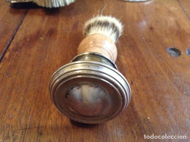 Antigüedades: Lote de cepillos ,brocha y polvera de madera, cristal y alpaca Alpadur - Foto 6 - 113502862