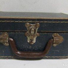 Antigüedades: PEQUEÑA MALETA DE MANO DE CARTON FORRADA 17 X 21,5 X 10 CMS APROX. VER IMAGENES. Lote 113533995