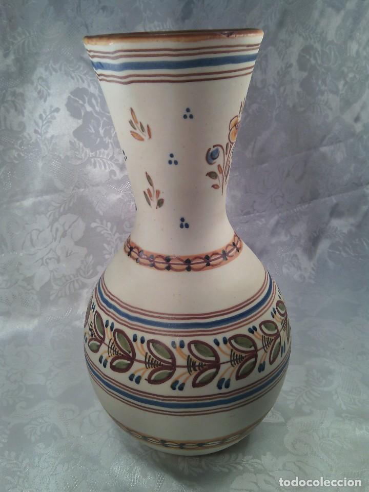 JARRÓN EN CERAMICA DE TALAVERA PINTADO A MANO. MARCA EN LA BASE. (Antigüedades - Porcelanas y Cerámicas - Talavera)