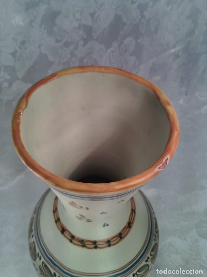 Antigüedades: JARRÓN EN CERAMICA DE TALAVERA PINTADO A MANO. MARCA EN LA BASE. - Foto 3 - 113561343