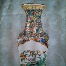 Antigüedades: JARRÓN CUADRANGULAR EN PORCELANA CHINA. DETALLES AL ORO FINO. SELLO EN LA BASE. FINALES DEL S. XIX.. Lote 113564463