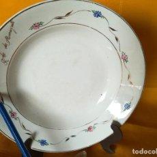 Antigüedades: BONITO PLATO HONDO. FLORECILLAS PINTADAS A MANO. DORADOS. SAN CLAUDIO. OVIEDO. RDO. DE ALMAYATE. Lote 113580847