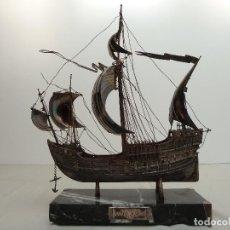 Antigüedades: MAQUETA DE LA CARABELA SANTA MARIA – METAL CON BAÑO DE PLATA. Lote 113610431