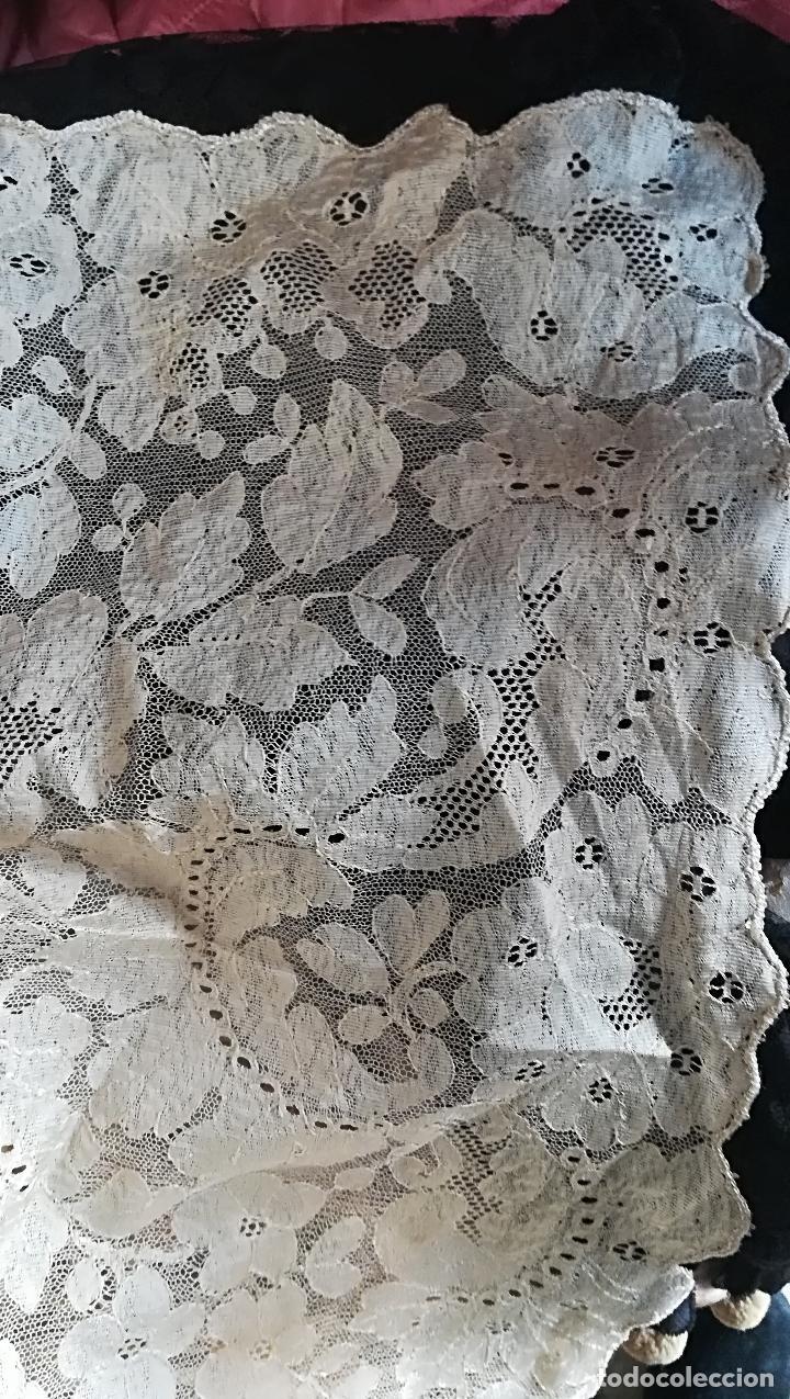 MANTILLA ANTIGUA FLORAL EN SEDA (Antigüedades - Moda - Mantillas)