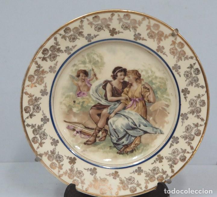 ANTIGUO PLATO CALCOGRAFIADO. CUPIDO Y PAREJA. FINALES SIGLO XIX (Antigüedades - Porcelanas y Cerámicas - Otras)