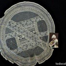 Antigüedades: 11359 TAPETE CIRCULAR DE ENCAJES APLICADOS Y DETALLES MANUALES AÑOS 1900. Lote 113655843