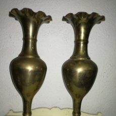 Antigüedades: PAREJA DE JARRONES DE LATÓN. Lote 113691206