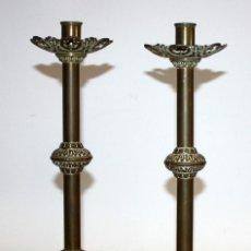 Antigüedades: BONITA PAREJA DE CANDELEROS LITURGICOS EN BRONCE. SIGLO XIX. Lote 113728887