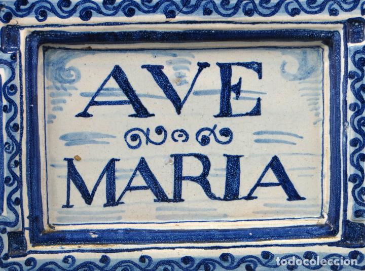 Antigüedades: Placa Ave María cerámica esmaltada blanca y azul Triana principios del siglo XX - Foto 2 - 113763951