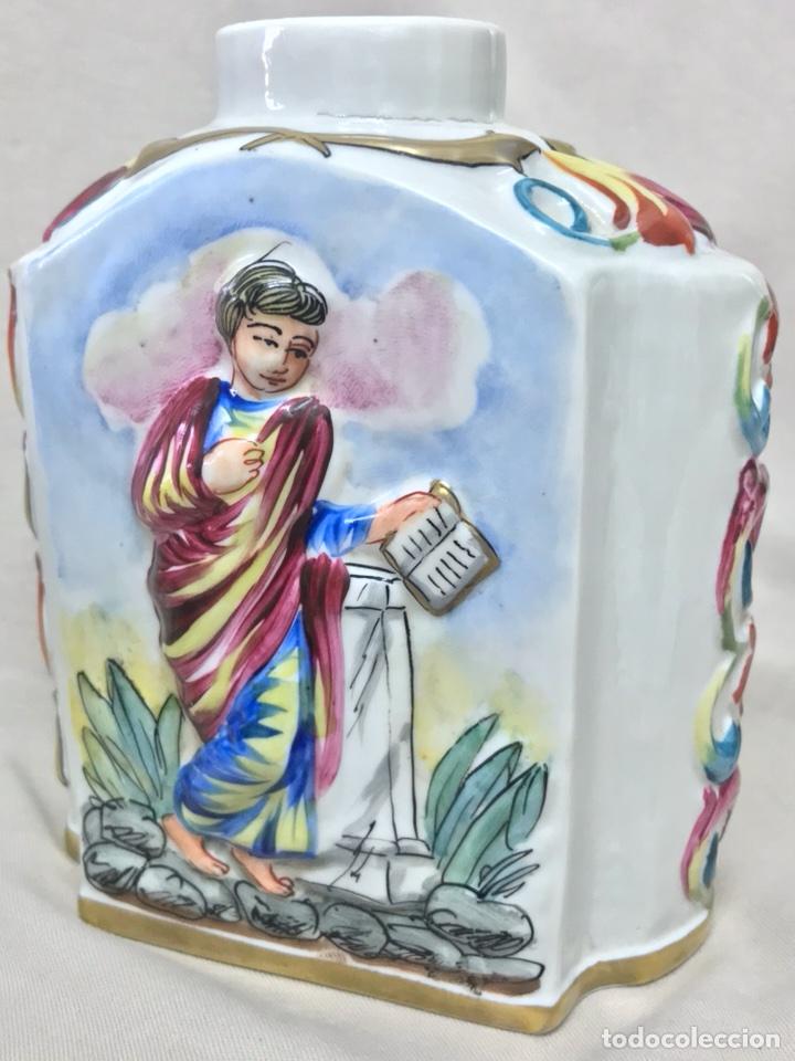 Antigüedades: ESENCIERO BOTELLA PORCELANA CAPODIMONTI PINTADO A MANO RELIEVE CAPODIMONTE 15CM ALTO - Foto 24 - 113882062