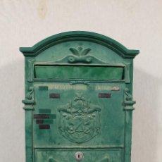 Antigüedades: BUZON DE CORREOS EN HIERRO REPINTADO. Lote 113884335