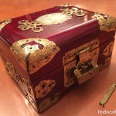 Antigüedades: JOYERO CHINO DE MADERA Y APLICACIONES DE LATON. Lote 113916479