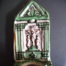 Antigüedades: PILA BENDITERA CERAMICA TERUEL. DOMINGO PUNTER. 24X10 CMS. TIENE UNA LASCA LATERAL IMAGEN. Lote 114008503