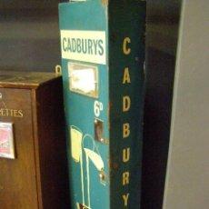 Antigüedades: MÁQUINA EXPENDEDORA CHOCOLATES CADBURY. ORIGINAL DE 1950S. Lote 114038031
